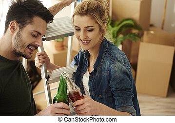 coppia, giovane, birra, casa nuova, tostare