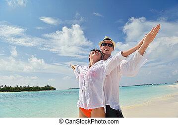 coppia, giovane, divertirsi, spiaggia, felice