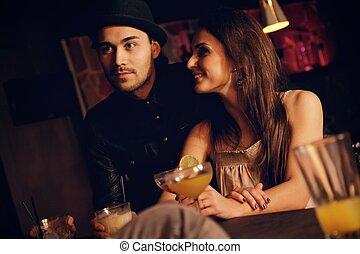 coppia, giovane, loro, data, godere, amici