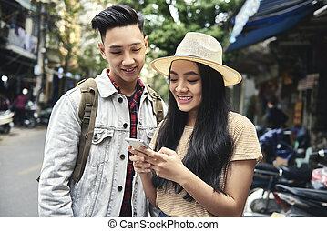 coppia, giovane, telefono, felice, città, mobile