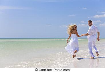 coppia, giovane, tropicale, correndo, tenere mani, spiaggia,...