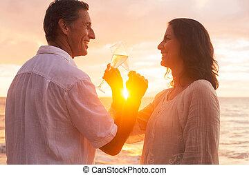 coppia, godere, vetro, di, champene, spiaggia, a, tramonto
