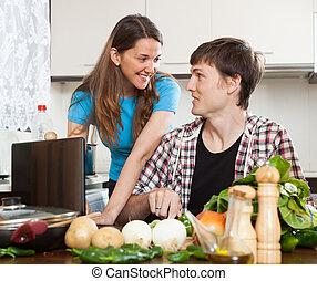 coppia, guardando, quaderno, durante, cibo cucina