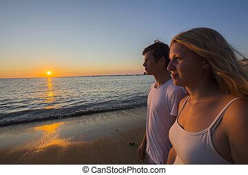 coppia, guardando tramonto, spiaggia