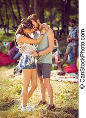 coppia, hipster, sorridente, abbracciare