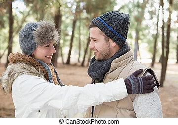 coppia, in, abbigliamento inverno, guardandolo