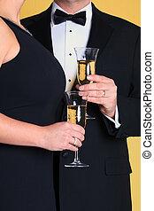 coppia, in, abito da sera, presa a terra, champagne