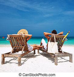 coppia, in, bianco, rilassare, su, uno, spiaggia, a, maldive