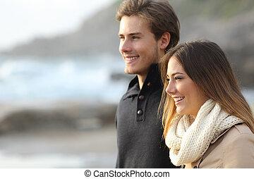 coppia, in, inverno, osservare via, spiaggia
