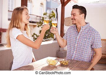 coppia, innalzamento, e, clinking, loro, occhiali