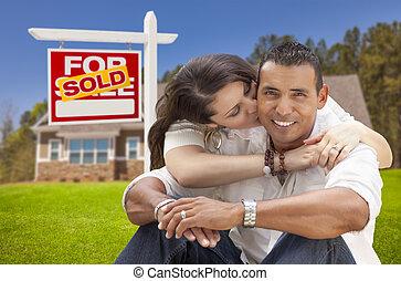 coppia ispanica, casa nuova, e, venduto, segno proprietà...