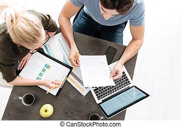 coppia, laptop, lavoro, giovane, carte, casa, vista superiore
