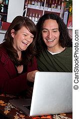 coppia, laptop, ridere