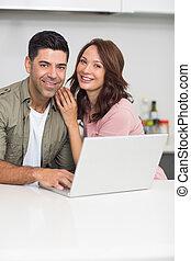 coppia, laptop, ritratto, usando, cucina, felice