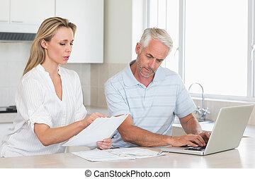 coppia, lavorativo, laptop, preoccupato, loro, finanze, fuori