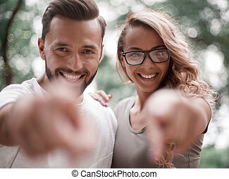 coppia, lei, giovane, indicare, sorridente