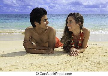 coppia, lounging, su, uno, hawai, spiaggia