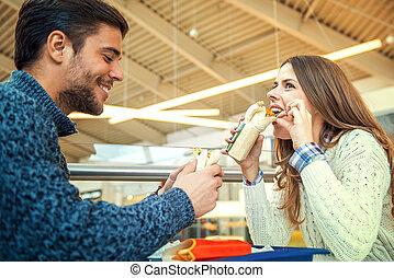 coppia, mangiare, in, ristorante cibo veloce