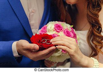 coppia, mani, anelli, fiori, matrimonio