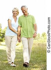 coppia matura, camminare, in, campagna