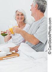 coppia matura, clinking, loro, succo arancia, occhiali