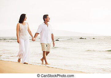 coppia matura, godere, tramonto, spiaggia