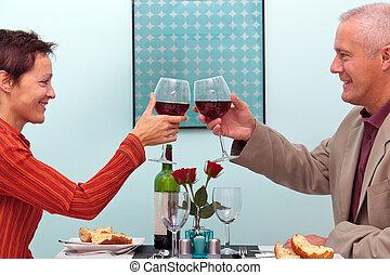 coppia matura, in, uno, ristorante, tostare, occhiali