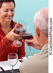 coppia matura, tostare, con, vino rosso