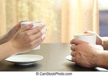 coppia, o, amici, mani, tenere caffè, campanelle