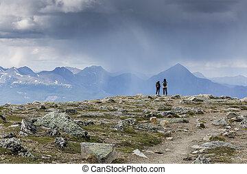 coppia, osservare, un, avvicinare, tempesta, -, jasper parco nazionale, canada