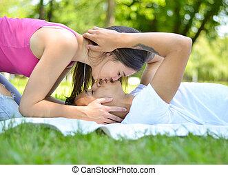 coppia, parco, giovane, baciare, erba, felice