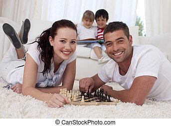coppia, pavimento, soggiorno, scacchi, gioco, felice