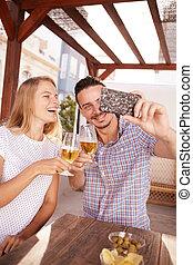 coppia, presa, selfie, clinking, loro, occhiali