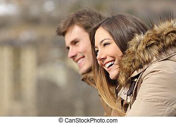 coppia, profilo, guardando avanti, in, inverno
