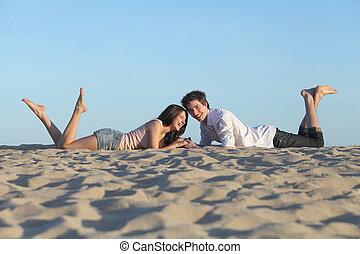 coppia, ridere, rimanendo, il, spiaggia