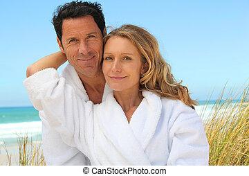 coppia, rilassante, spiaggia, in, toweling, abiti