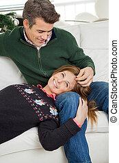 coppia, rilassante, su, divano, durante, natale
