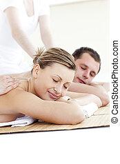 coppia, rilassato, caucasico, massaggio posteriore, godere