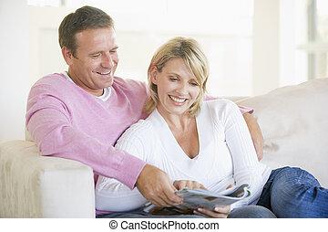 coppia, rivista, rilassante, sorridente