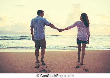 coppia romantica, godere, bello, tramonto, spiaggia