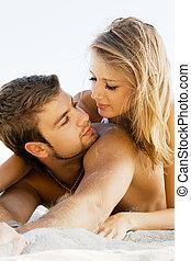 coppia romantica, su, il, spiaggia
