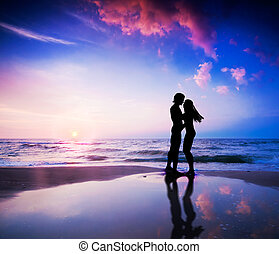 coppia romantica, su, spiaggia, a, tramonto