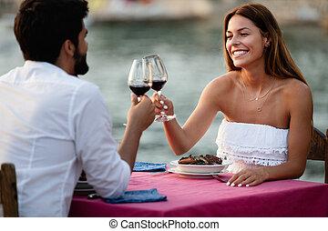 coppia romantica, vacanza, giovane, tropicale, cena, durante, tostare
