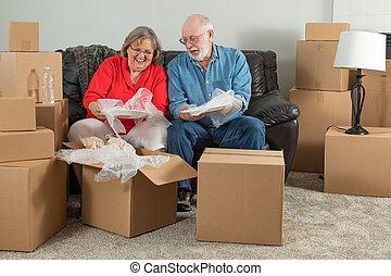 coppia, scatole, imballaggio, spostamento, adulto, anziano, o, disimballaggio
