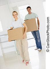 coppia, scatole, spostamento, casa nuova, sorridente