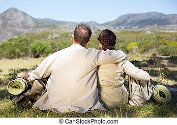 coppia, scenario, ammirare, andando gita, seduta