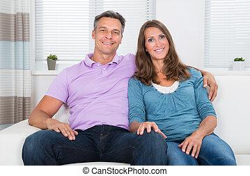 coppia, sedendo divano