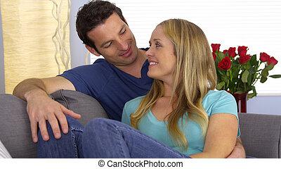 coppia, sedendo divano, insieme