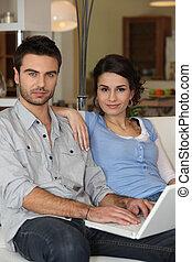 coppia, seduta, divano