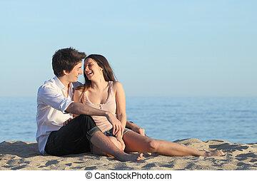coppia, seduta, e, ridere, sabbia, di, il, spiaggia